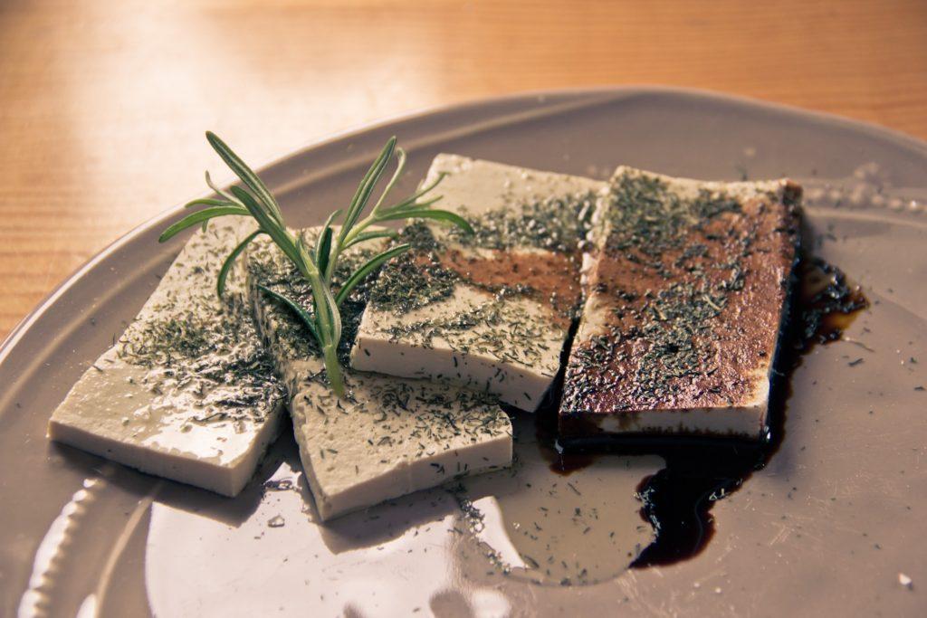 Foto de un plato de tofu