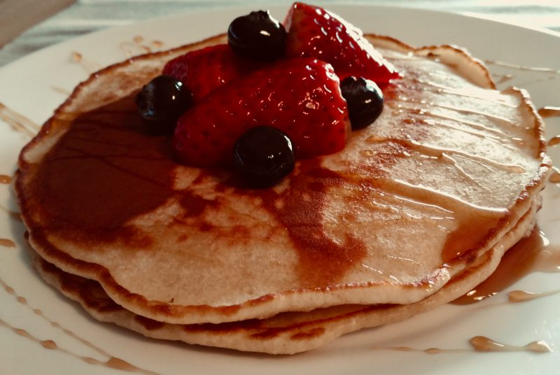 Foto Tortitas con miel, arándanos, fresas